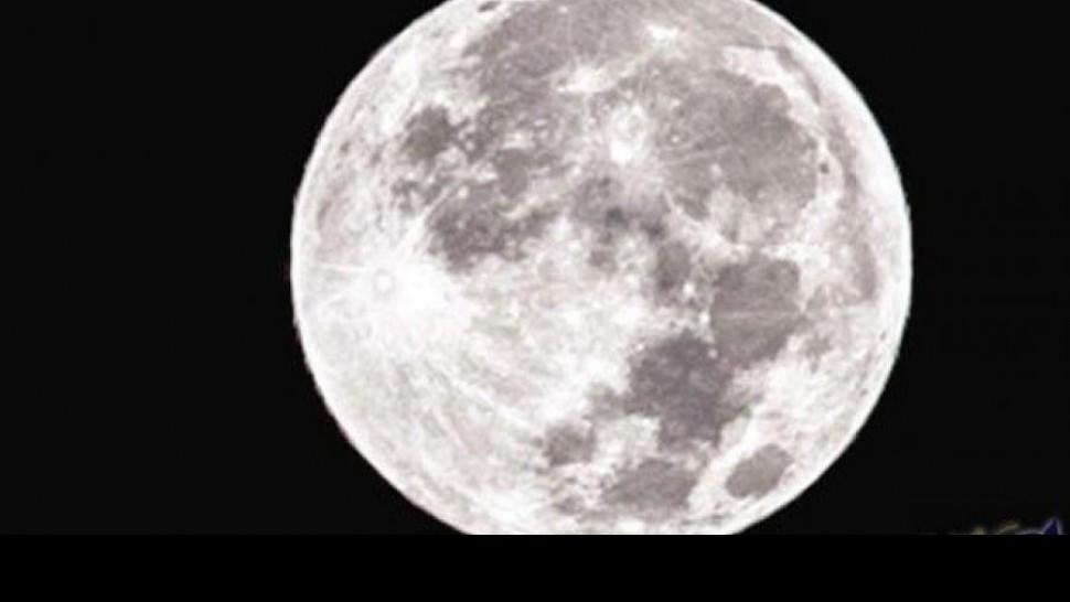 الارض،قمر الثلج العملاق