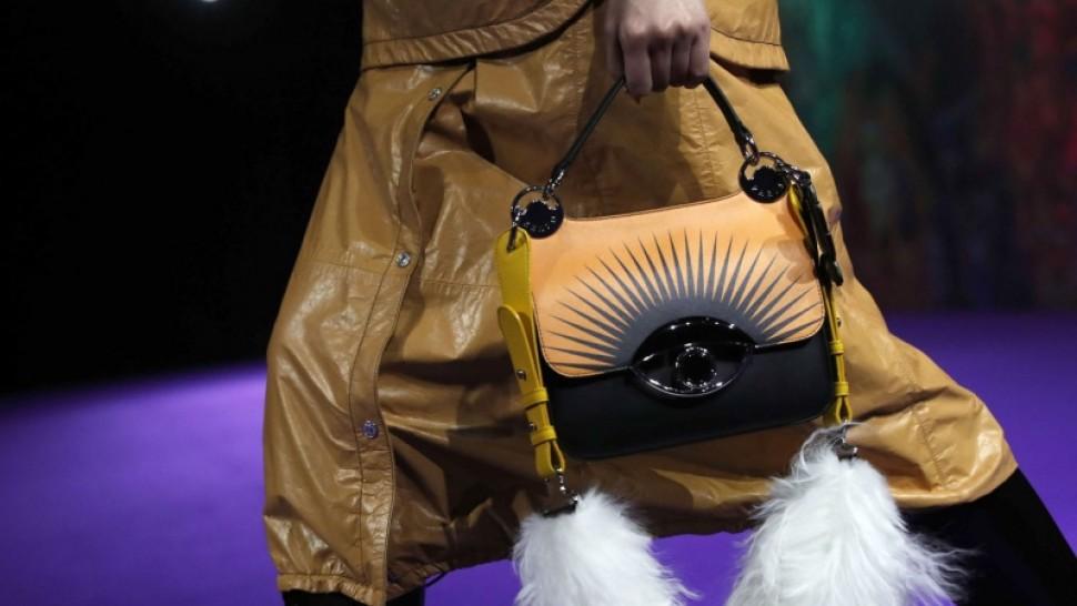 بريطانية تبحث عن مصمّم يصنع حقيبة من ساقها!
