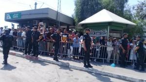 المواطنون يتوافدون أمام المستشفى العسكري في انتظار نقل جثمان السبسي (صور)