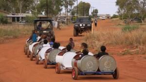 أستراليا : قطار من البراميل المرسكلة لنقل التلاميذ إلى المدرسة