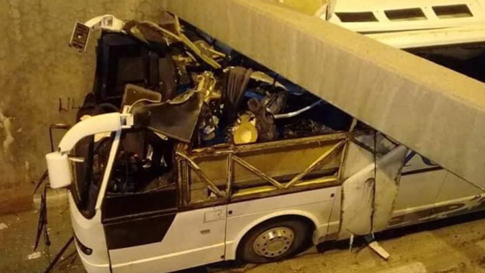 إصابة أكثر من 22 شخص في اصطدام حافلة بسقف نفق رادس