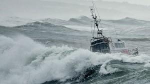 تحذير للبحارة: ارتفاع الأمواج يصل الى 4 أمتار مع تقلص الرؤية الأفقية