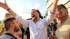 وزير  الداخلية الايطالي الأسبق يقوم برنّ منزل مهاجر تونسي ويسأله إذا كان تاجر مخدرات أم لا