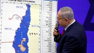 نتنياهو يعلن عن بدء رسم الخرائط لتنفيذ ضم الأراضي الفلسطينية للكيان الصهيوني حسب خطة ترامب