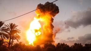 أعلن الجيش الصهيوني أن قواته نفذت غارات فجر اليوم الاثنين استهدفت مواقع لحركة حماس في غزة .