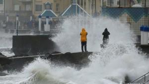 اضطرت شركات طيران في أوروبا لإلغاء مئات الرحلات الجوية في شمال غرب أوروبا اليوم الإثنين وذلك بسبب عاصفة ببريطانيا وإيرلندا.