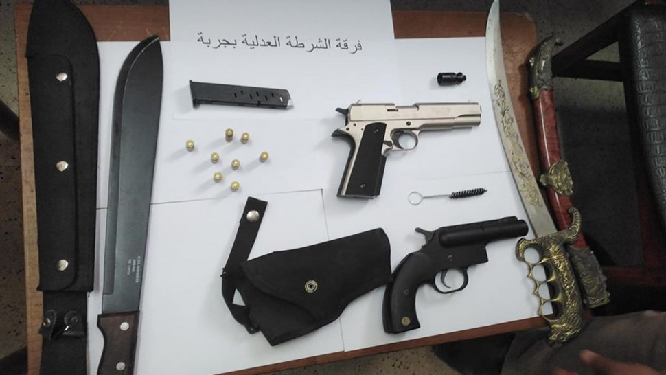 جربة: إيقاف فرنسي متقاعد من الشرطة بعد حجز اسلحة مختلفة بمنزله