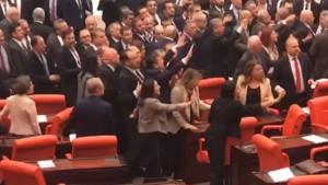 اشتباكات بالأيدي بين أعضاء البرلمان التركي ( فيديو)