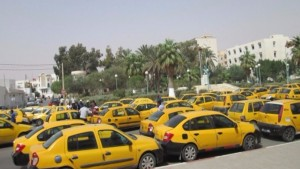 تعطلت اليوم الخميس حركة المرور بمفترق 14 جانفي بصفاقس وذلك بسبب اضراب نفذه اصحاب سيارات الاجرة تاكسي.