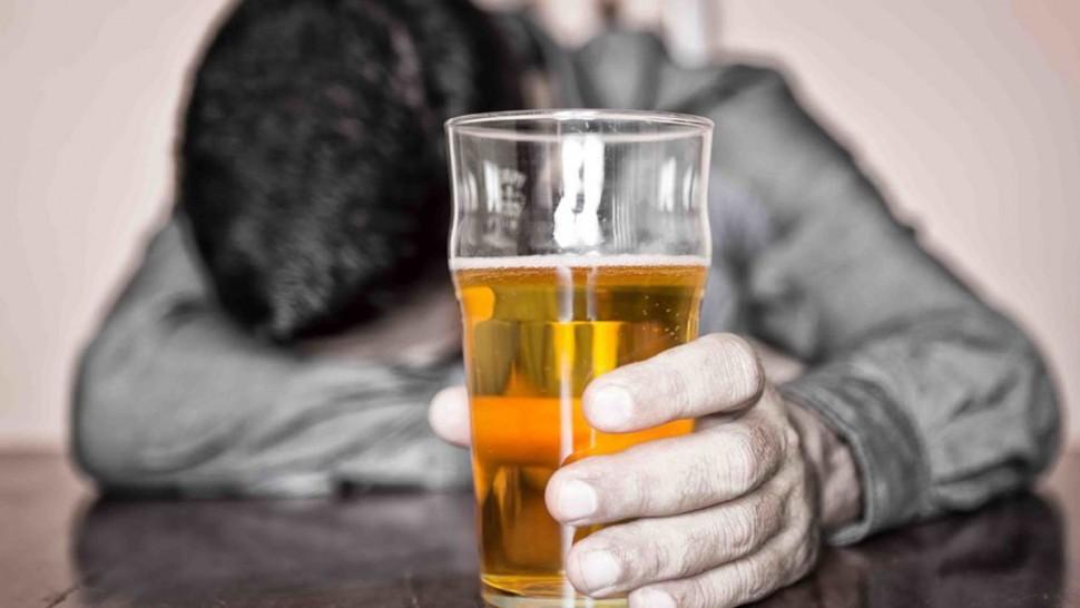 """توفي 6 أشخاص وأصيب 31 آخرين بسبب  شرب عطر """"القوارص"""" الممزوج بالكحول ليلة الأمس بَمعتمدية حاجب العيون من ولاية القيروان."""
