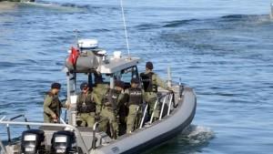 سواحل قرقنة : جيش البحر ينقذ 18 تونسيا تعطّب مركبهم