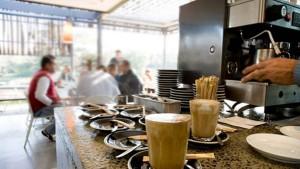 بلدية عقارب  تقرر منع الجلوس في المقاهي و فرض تقديم وجبات محمولة فقط في المطاعم