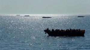 تمكن أعوان فرقة الشرطة العدلية بقابس المدينة بالتعاون مع وحدات اقليم الامن الوطني بقابس من احباط عملية اجتياز 14 شخصا الحدود البحرية خلسة .