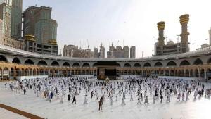 السعودية تبدأ في استقبال معتمري الخارج