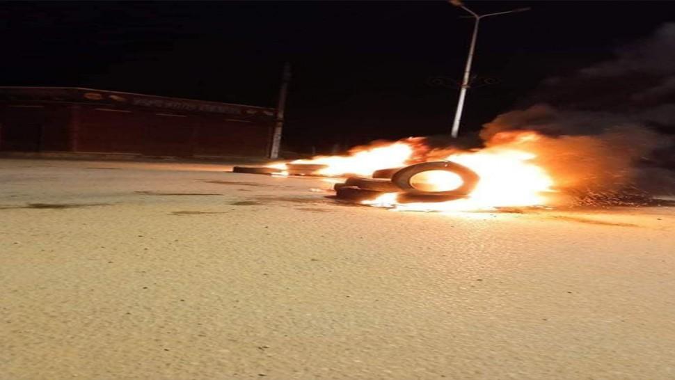 بسبب تواصل أزمة انقطاع الغاز المنزلي...محتجون بعقارب يشعلون العجلات المطاطية