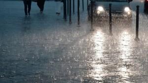 يشهد الطقس مساء اليوم بعض التقلبات الجوية الشتوية مع مؤشرات الأمطار الرعدية المصحوبة بتساقط البرد بأماكن محدودة خاصة بالشمال والمناطق الغربية وتشمل بقية الجهات خلال فترة الليل.