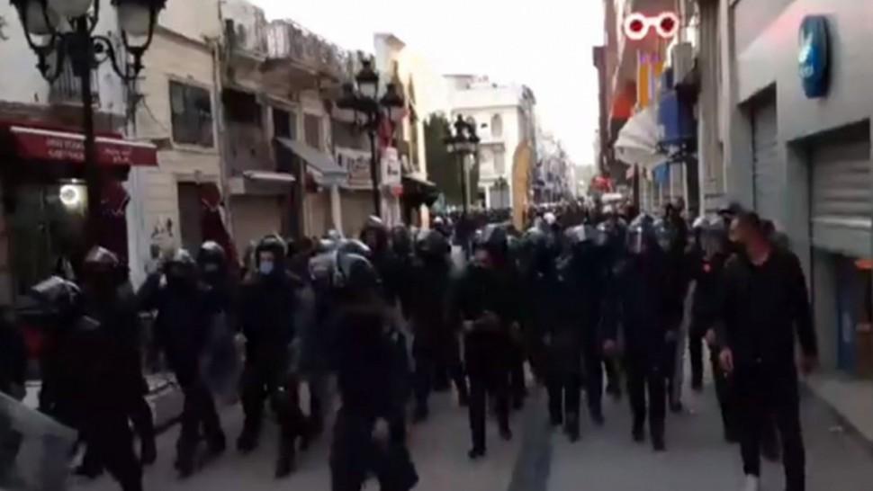 قوّات الأمن تفرّق المحتجّين في شارع الحبيب بورقيبة