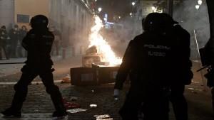 خرجت احتجاجات في إسبانيا على اثر إيقاف مغني الراب بابلو هاسل وإيداعه السجن بسبب تغريدات نشرها على مواقع التواصل الاجتماعي ضد النظام الملكي والشرطة.