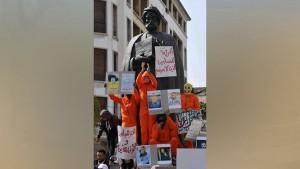"""تظاهر مئات الاشخاص اليوم السبت في شارع الحبيب بورقيبة بالعاصمة حيث تجمع المتظاهرون في ساحة بن خلدون تحت شعار """"سيب تونس"""" (أطلقوا سراح تونس)."""