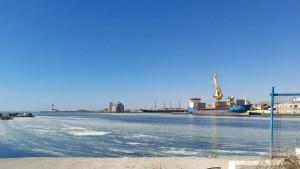 رست باخرة تحتوي على كميات من مادة البخارة أمس الخميس بالميناء التجاري بصفاقس.