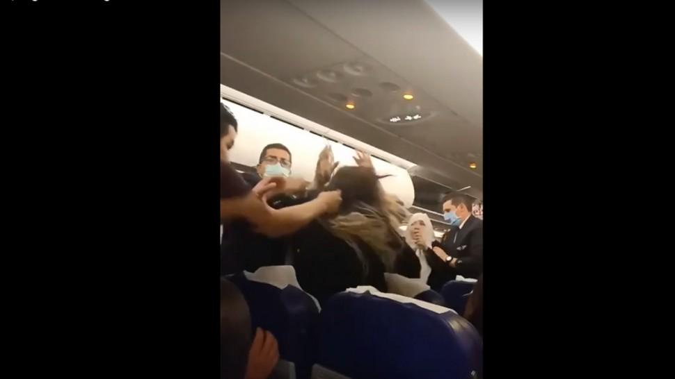 معركة داخل طائرة تابعة للتونيسار ( فيديو)