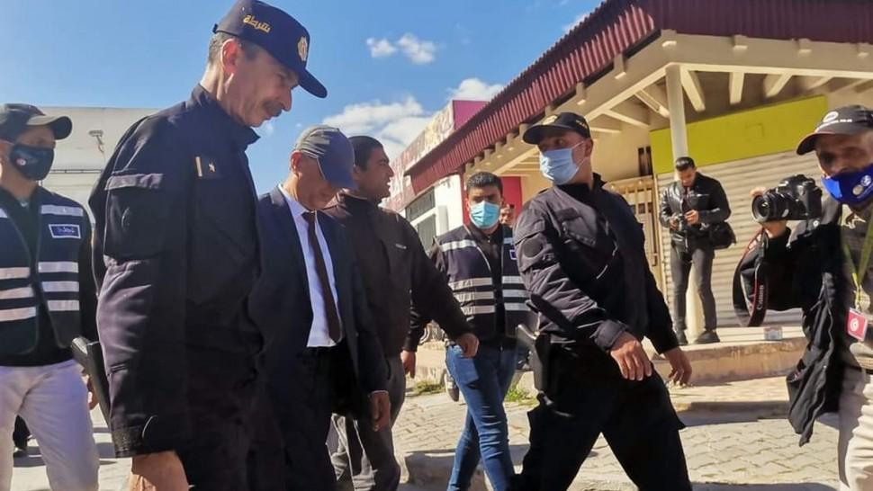 صورة اليوم : مدير ''وات'' الجديد  كمال بن يونس يحتمي بالأمن لدخول الوكالة و مغادرتها