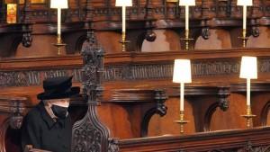 صورة اليوم : الملكة اليزابيث الثانية تجلس وحيدة قبالة نعش الأمير فيليب