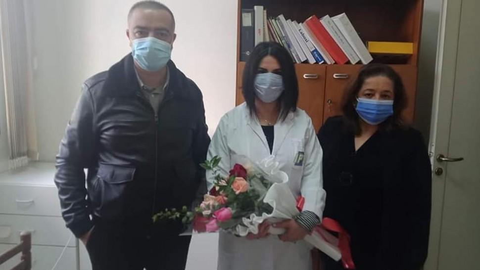 مسؤولو إذاعة تونس الدولية يقدمون الزهور للدكتورة سمر صمود