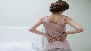 آلام الظهر وراء ارتفاع خطر الوفاة لدى النساء