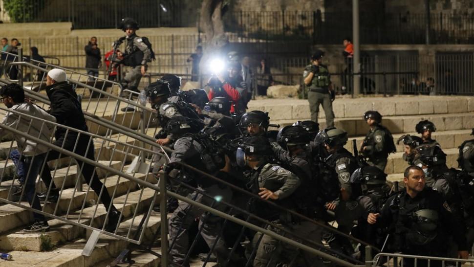 الفلسطينيون يحتفلون بعد إزالة حواجز شرطة الاحتلال الصهيوني في القدس