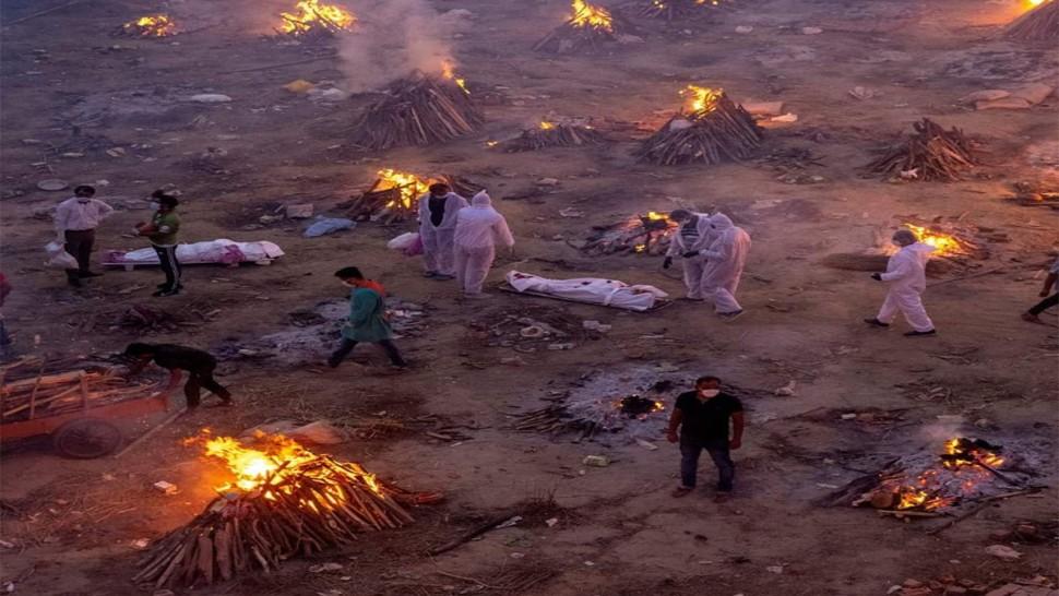 صور مرعبة لحرق الجثث في الهند بسبب وباء كورونا