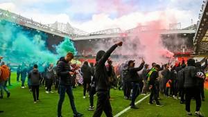 جماهير مانشستر يونايتد تقتحم ملعب اولد ترافورد بالقوة