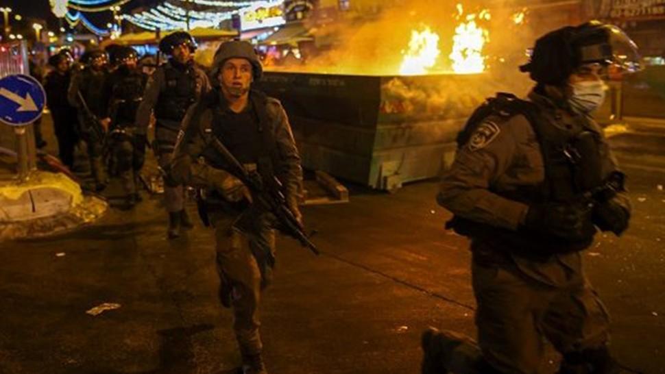 اصابة عشرات الفلسطينيين في ليلة من المواجهات الجديدة مع شرطة الاحتلال الصهيوني بالقدس