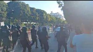 شارع الحبيب بورقيبة : ايقافات  في صفوف المحتجّين بعد مناوشات مع الوحدات الأمنية