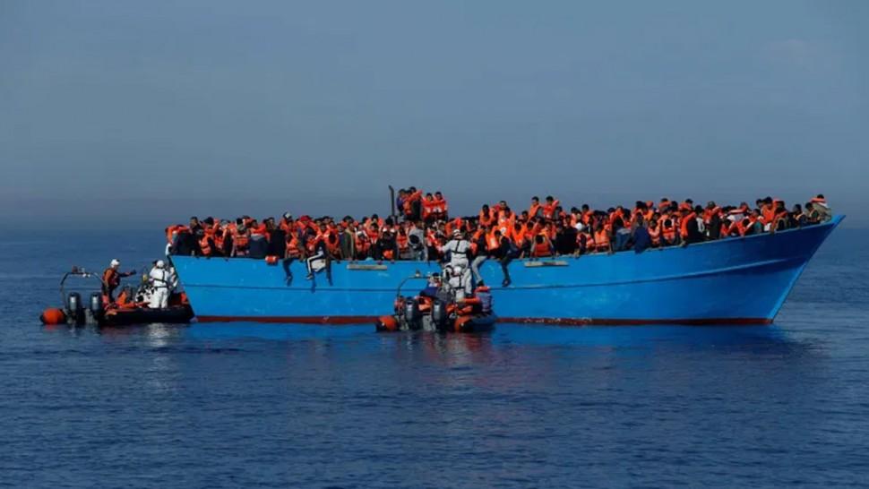 جيش البحر ينقذ أكثر من 100 مهاجر غير شرعي
