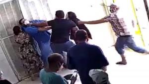الاحتفاظ بالمعتدي على طبيب بمستشفى الياسمينات وادراج اخر بالتفتيش