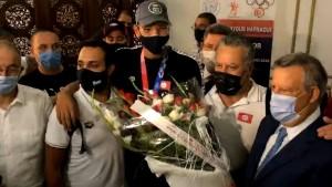 وصول البطل الاولمبي أيوب الحفناوي الى تونس ووزارة الشباب ترصد له مكافئة مالية