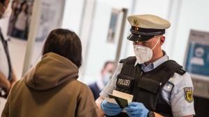 ألمانيا تبدأ تطبيق إلزامية اختبار كورونا للوافدين غير المطعمين